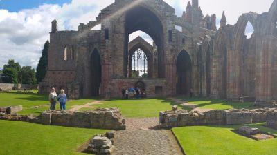 Die Melrose Abbey in Schottland.